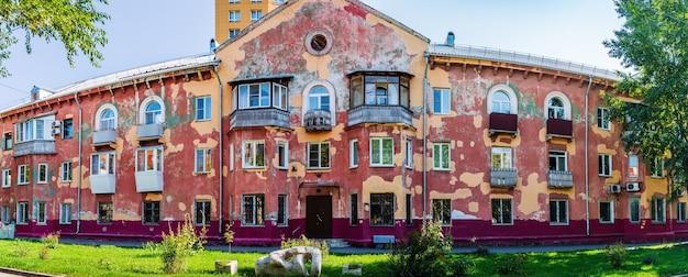 バルナウル、アルタイ、ロシア。 profinterna通りにあるぼろぼろのファサードのある古い3階建ての家