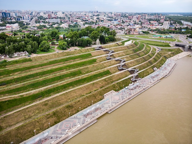 バルナウル、ロシア。街の入り口にあるバルナウルの説明。ハイランドパークと新しい堤防は夏のトップビューです。