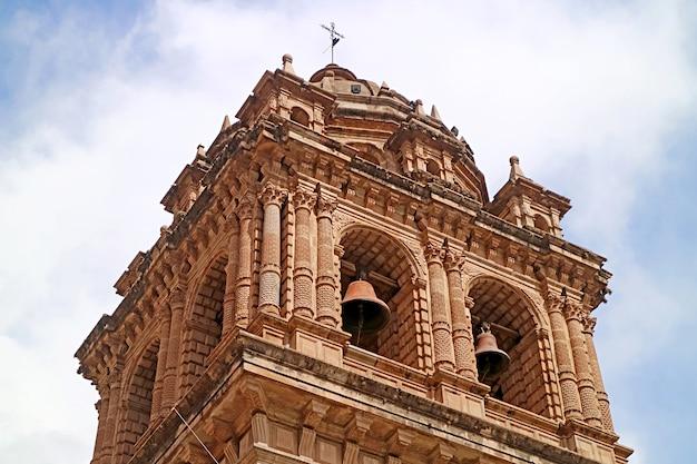 아르마스 광장 쿠스코 시티 페루에 있는 메노르 드 라 메르세드 대성당의 바로크 종탑