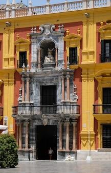 Епископский дворец в стиле барокко на площади пласа-де-обиспо, малага, коста-дель-соль, испания