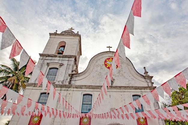 축제 junina의 깃발으로 장식 된 바로크 식 교회
