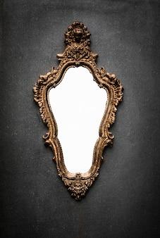 灰色の壁にバロック様式のビクトリア朝の鏡