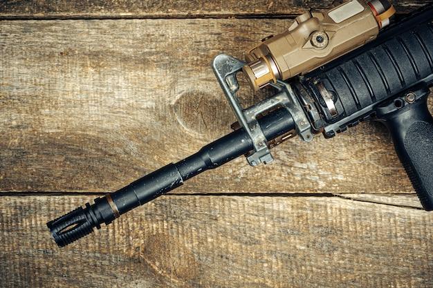 나무 표면에 현대 자동 소총의 배럴