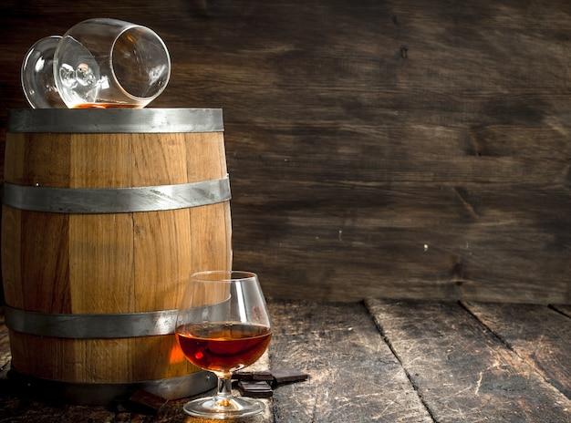 フランスのコニャックのグラスとバレル