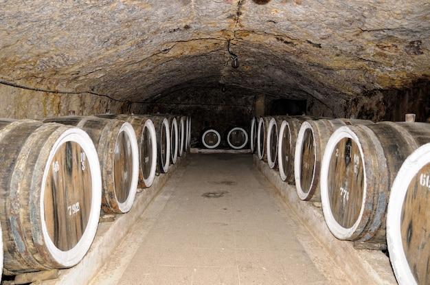 Бочки с вином в погребе.