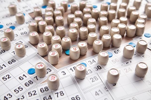 ロト テーブル ゲーム用の数字とカードの入ったバレル。