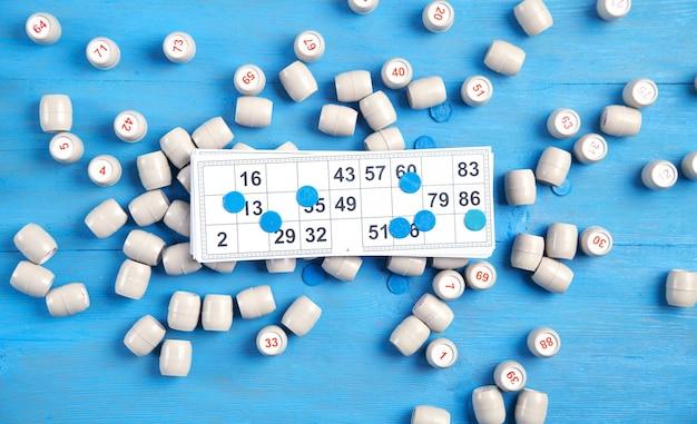 로또 테이블 게임을위한 숫자와 카드가있는 배럴.