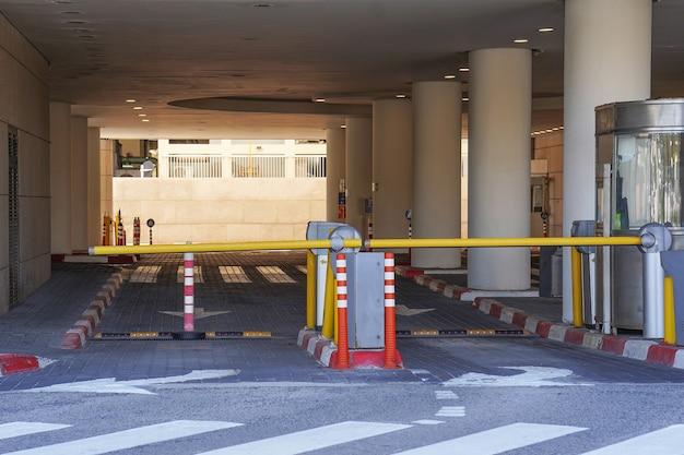 車の出入り口のバリア駐車ガレージ。駐車場の障壁。地下駐車場を出ます。地下駐車場、ガレージ。駐車場のインテリア