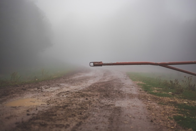 Шлагбаум закрывает въезд на грунтовую дорогу