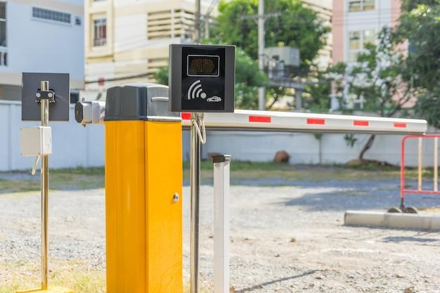 Барьерные ворота автоматическая система безопасности на стоянке автомобилей. вход в систему безопасности доступа