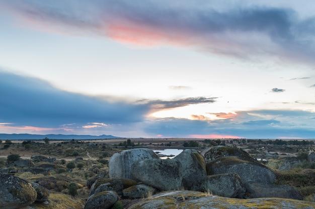 Barruecosの自然エリアの夕日。マルパルティダデカセレス。エストレマドゥーラ。スペイン。