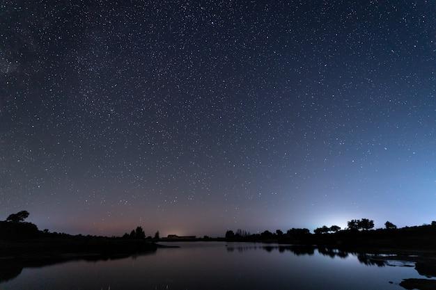Barruecosの自然地区での夜の写真。エストレマドゥーラ。スペイン。