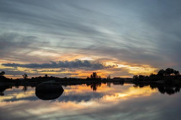 Barruecosの自然地域の夕日。マルパルティダデカセレス。エストレマドゥーラ。スペイン。