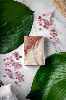 테이블에 올리브 추출물과 히말라야 소금이 들어간 천연 비누 바 프리미엄 사진