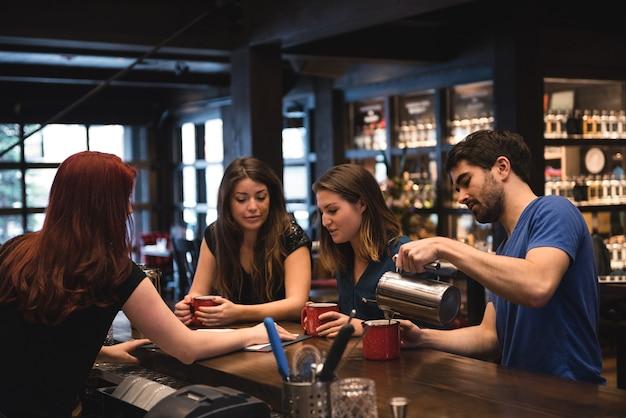 顧客と対話するバーテンダー