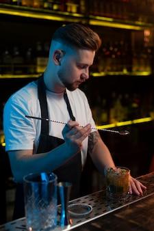 Barista che prepara un delizioso cocktail