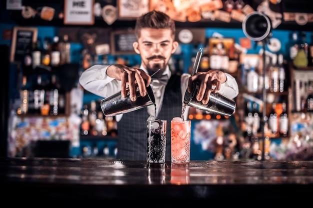Бармен смешивает коктейль в портье