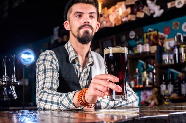 Бармен смешивает коктейль в баре