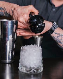 Бармен готовит освежающий коктейль