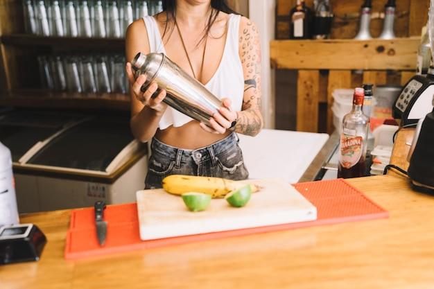 Бармен готовит фруктовый коктейль