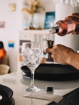 Бармен, подающий джин с тоником