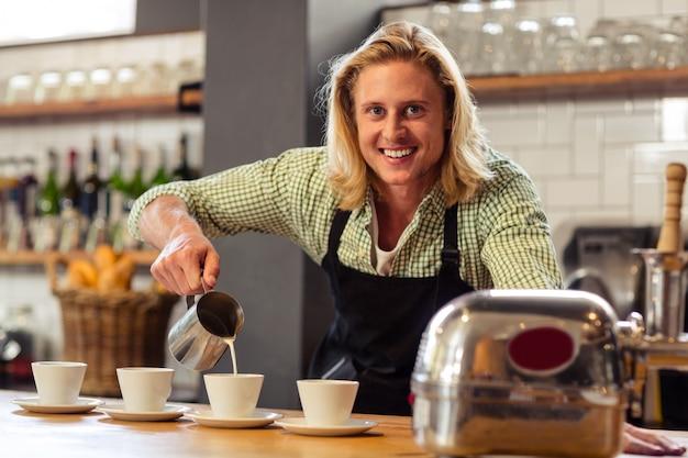 コーヒーを提供するバーテンダー