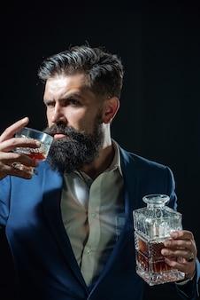 ガラスウイスキーのバーテンダーうつ病の悲しい男がカメラでアルコールを飲んでアルコールを探しています...