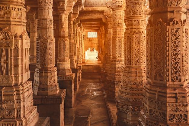 インド、ラジャスタン州の有名な古代ラナクプールジャイナ寺院の柱の浅浮き彫り
