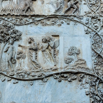Барельефная деталь на стене, собор орвието, орвието, провинция терни, умбрия, италия