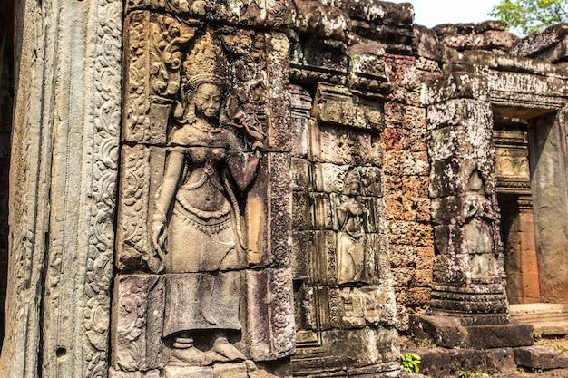 캄보디아의 사원 벽에 옅은