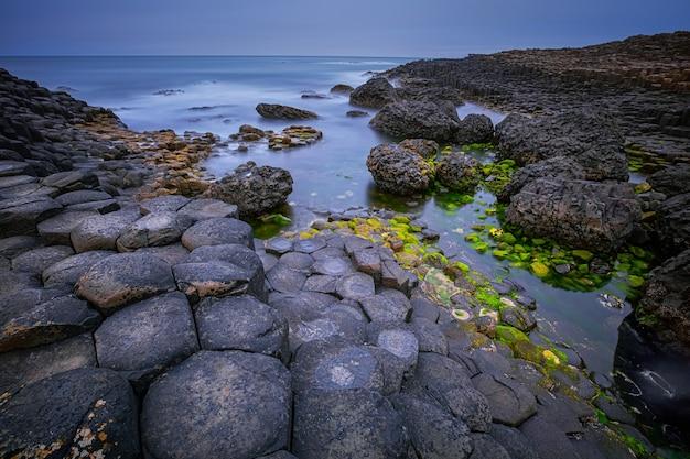 Формирование базальтовых пород дорога гигантов, залив порт-гэнни и грейт-стоукан, графство антрим, северная ирландия, великобритания