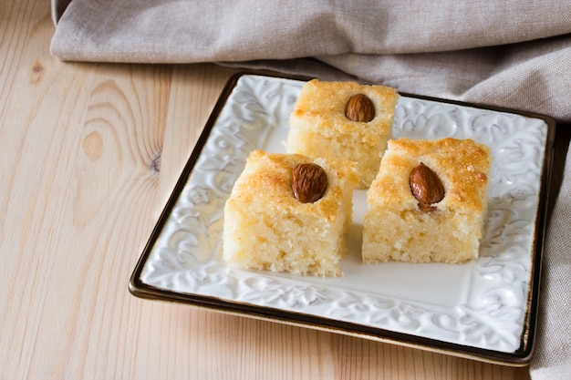 Basbousa (namoora) 아몬드와 시럽을 곁들인 전통 아랍어 양질의 거친 밀가루 케이크
