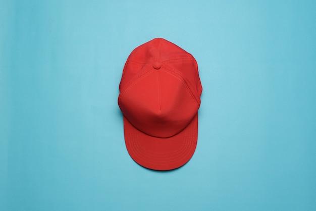 青い背景に分離された野球帽。上面図。