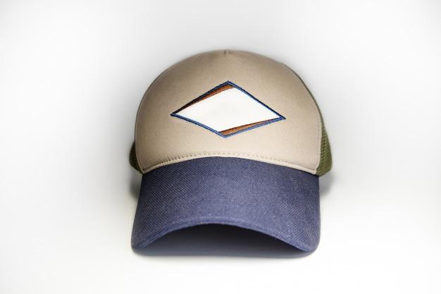 야구 모자 템플릿, 흰 벽에 고립 된 전면 뷰. 모의