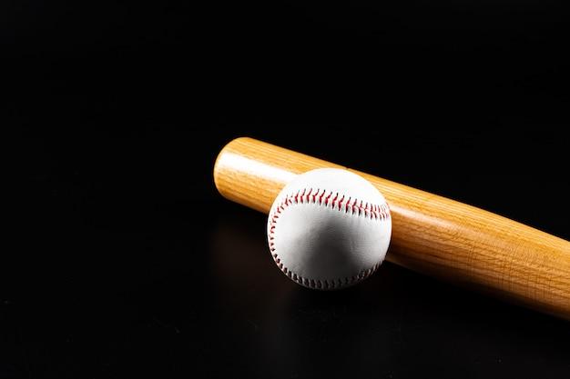 暗い黒の背景に野球ゲーム機器をクローズアップ