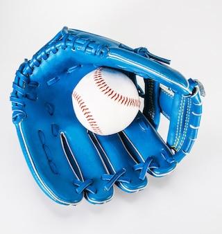野球のグローブの色の青は、クリッピングパスで白く磨かれている