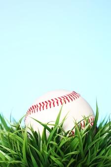 Бейсбол в траве на синем