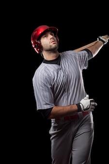 검정색 배경에 야구 선수입니다. 스튜디오 촬영.