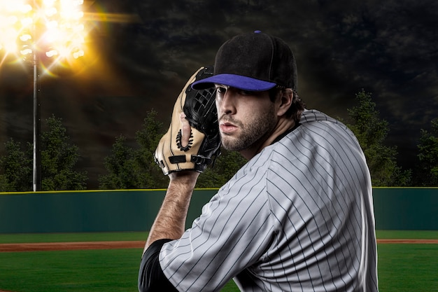 野球場の青いユニフォームの野球選手。