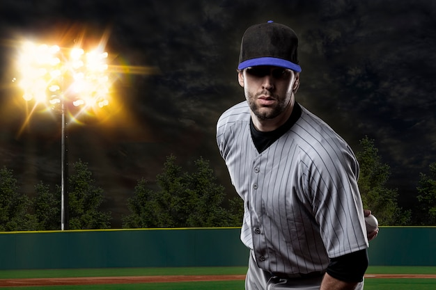 야구 경기장에 파란색 유니폼에 야구 선수.