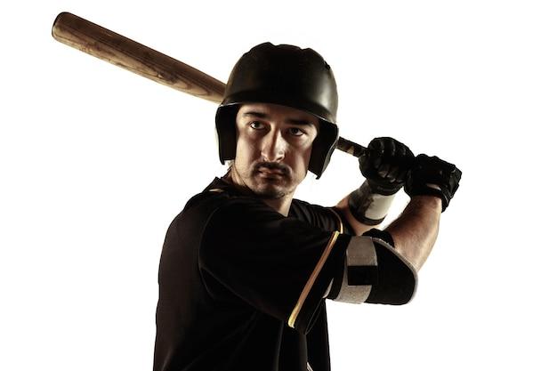 Бейсболист, кувшин в черной форме практикующих и тренировок, изолированные на белом фоне.