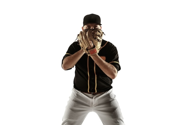 Бейсболист, кувшин в черной форме тренируется и тренируется, изолированные на белой стене. молодой профессиональный спортсмен в действии и движении. здоровый образ жизни, спорт, концепция движения.