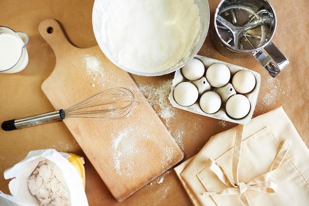 Основные ингредиенты для выпечки на столе