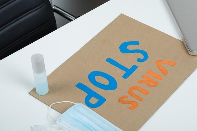 机の上の基本的なcovid予防用品