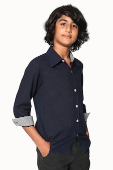 Camicia basic blu scuro per riprese in studio di abbigliamento per ragazzi