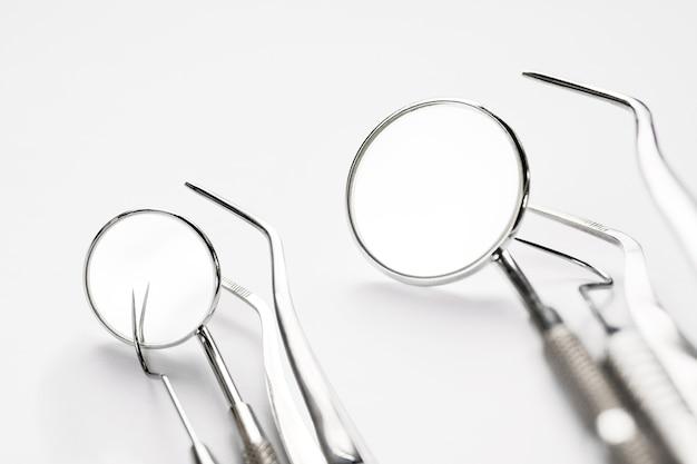 화이트에 기본 치과 도구