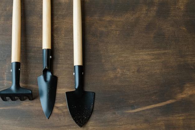 基本的な庭の設備。屋内ガーデニングのコンセプト。フラットレイに設定されたツール。