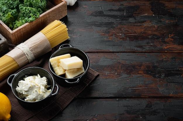 파스타, 녹색 잎, 리코타, 파마산 세트 요리를 위한 기본 재료, 오래된 어두운 나무 테이블 배경, 카피스페이스 및 텍스트 공간