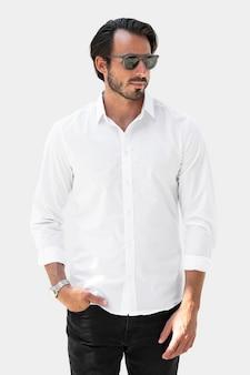 ベーシックな白いシャツのメンズファッションアパレルスタジオ撮影