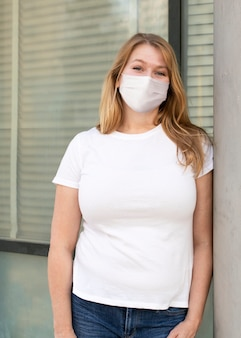 ベーシックな白いtシャツレディースプラスサイズのストリートスタイルのアパレル 無料写真